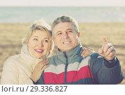 Купить «smiling husband and wife show each other hands interesting things outdoors», фото № 29336827, снято 21 ноября 2018 г. (c) Яков Филимонов / Фотобанк Лори