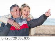 Купить «Adult husband points to something interesting», фото № 29336835, снято 21 ноября 2018 г. (c) Яков Филимонов / Фотобанк Лори
