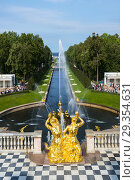 The Grand Palace and Grand Cascade of the Peterhof Palace and grounds and gardens, Petergof St Saint Petersburg, Russian Sankt Peterburg, formerly (1914â... (2018 год). Редакционное фото, фотограф Dennis MacDonald / age Fotostock / Фотобанк Лори