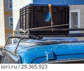 Груз, закрепленный на багажнике сверху автомобиля. Стоковое фото, фотограф Вячеслав Палес / Фотобанк Лори
