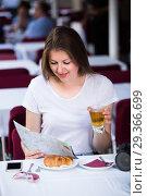 Купить «Female-tourist is drinking tea and plotting a route for walking», фото № 29366699, снято 17 мая 2017 г. (c) Яков Филимонов / Фотобанк Лори
