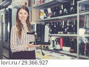 Купить «seller showing coffeemaker», фото № 29366927, снято 12 декабря 2017 г. (c) Яков Филимонов / Фотобанк Лори