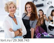 Купить «Elderly female client and hairstylist», фото № 29368743, снято 26 июня 2018 г. (c) Яков Филимонов / Фотобанк Лори