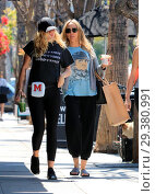 Miley Cyrus and Tish Cyrus were spotted shopping in Studio City, ... (2018 год). Редакционное фото, фотограф WENN.com / age Fotostock / Фотобанк Лори