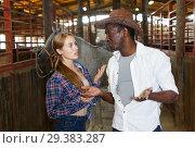 Купить «Couple of farmers discussing with expression», фото № 29383287, снято 2 октября 2018 г. (c) Яков Филимонов / Фотобанк Лори