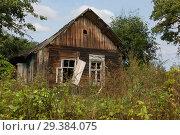 Купить «Old wooden house in Russian village», фото № 29384075, снято 3 сентября 2018 г. (c) Алексей Кузнецов / Фотобанк Лори