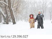 Купить «Маленькие мальчик с девочкой гуляют в зимнем парке», фото № 29396027, снято 12 февраля 2012 г. (c) Марина Володько / Фотобанк Лори