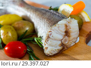 Tail of hake by rustically frying and served with boiled potatoes and tomatoes. Стоковое фото, фотограф Яков Филимонов / Фотобанк Лори