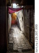 Купить «Контраст Сале (Марокко). Узкая улочка старого города и старые, выщербленные стены домов в летний полдень», фото № 29397999, снято 14 января 2014 г. (c) oleg savichev / Фотобанк Лори