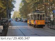 Рельсы и трамвай на улице Корсо-Семпионе (Corso Sempione). Милан, Италия (2018 год). Редакционное фото, фотограф Вадим Хомяков / Фотобанк Лори