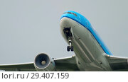 Купить «KLM Boeing 777 departure», видеоролик № 29407159, снято 26 июля 2017 г. (c) Игорь Жоров / Фотобанк Лори