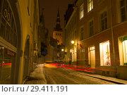 Поздний зимний  вечер на улице Старого города. Таллин, Эстония (2018 год). Редакционное фото, фотограф Виктор Карасев / Фотобанк Лори