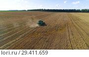 Купить «Aerial shot of a combine harvester in action on wheat field», видеоролик № 29411659, снято 14 сентября 2018 г. (c) Андрей Радченко / Фотобанк Лори