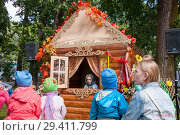 Купить «Russia, Khabarovsk, September 8, 2018: girl in hut tells fairy tales to children», фото № 29411799, снято 8 сентября 2018 г. (c) Катерина Белякина / Фотобанк Лори