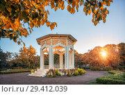 Беседка в парке White gazebo in the autumn park (2018 год). Стоковое фото, фотограф Baturina Yuliya / Фотобанк Лори
