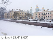 Купить «St. Petersburg in the winter. View from the embankment of the Griboyedov Canal to Nikolskaya Square and the domes of the St. Nicholas-Epiphany Naval Cathedral in the snowfall», фото № 29419631, снято 26 января 2016 г. (c) Виктория Катьянова / Фотобанк Лори