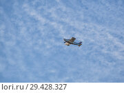 Купить «Small plane Piper PA-28 Cherokee flies high in the sky», фото № 29428327, снято 4 ноября 2018 г. (c) Юлия Бабкина / Фотобанк Лори