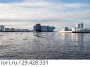 Ship passes through navigation pass S-1 of Saint Petersburg Dam (2018 год). Редакционное фото, фотограф Юлия Бабкина / Фотобанк Лори