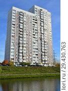 Купить «Двадцатидвухэтажный трёхподъездный панельный жилой дом серии КОПЭ, построен в 1997 году. Поречная улица, 19/31. Южный пруд. Район Марьино. Москва», эксклюзивное фото № 29430763, снято 16 октября 2018 г. (c) lana1501 / Фотобанк Лори