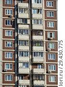 Купить «Двадцатидвухэтажный трёхподъездный панельный жилой дом серии КОПЭ (построен в 1997 году). Поречная улица, 19/31. Район Марьино. Москва», эксклюзивное фото № 29430775, снято 16 октября 2018 г. (c) lana1501 / Фотобанк Лори