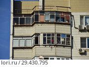 Фрагмент четырнадцатиэтажного девятиподъездного панельного жилого дома серии П-44 (построен в 1995 году). Мячковский бульвар, 16, корпус 1. Район Марьино. Город Москва (2018 год). Редакционное фото, фотограф lana1501 / Фотобанк Лори