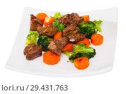 Купить «Braised chicken hearts with broccoli and carrots», фото № 29431763, снято 19 января 2019 г. (c) Яков Филимонов / Фотобанк Лори