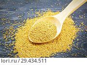 Купить «Семена горчицы в деревянной ложке на черной доске», фото № 29434511, снято 26 июня 2017 г. (c) Резеда Костылева / Фотобанк Лори