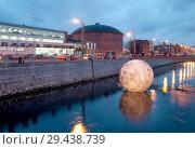 Купить «Светящаяся луна плавает в Обводном канале. Санкт-Петербург», фото № 29438739, снято 10 ноября 2018 г. (c) Румянцева Наталия / Фотобанк Лори