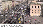 Купить «aerial view of pedestrian crossing of Ligovsky prospect, Moscow railway station», видеоролик № 29439467, снято 8 августа 2018 г. (c) Ирина Мойсеева / Фотобанк Лори