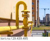 Вентиль на газовом трубопроводе, подходящему к жилому дому. Стоковое фото, фотограф Вячеслав Палес / Фотобанк Лори