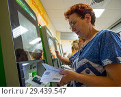 Оплата услуг по квитанциям в терминалах самообслуживания (2018 год). Редакционное фото, фотограф Вячеслав Палес / Фотобанк Лори