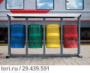 Купить «Урны для раздельного сбора мусора на перроне железнодорожной станции», фото № 29439591, снято 5 августа 2018 г. (c) Вячеслав Палес / Фотобанк Лори