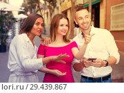 Купить «Young women are pointing the way to stranger man who was meet», фото № 29439867, снято 18 октября 2017 г. (c) Яков Филимонов / Фотобанк Лори