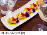 Купить «Ceviche of pickled salmon on kiwi with figs, cumquat», фото № 29440103, снято 21 октября 2019 г. (c) Яков Филимонов / Фотобанк Лори