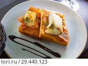 Купить «Catalan focaccia with caramelized onion, Brie cheese, bacon», фото № 29440123, снято 11 декабря 2018 г. (c) Яков Филимонов / Фотобанк Лори