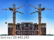 Купить «Строительство нового жилого домов на фоне  неба», фото № 29443243, снято 25 мая 2019 г. (c) Сергеев Валерий / Фотобанк Лори