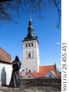 Купить «Бронзовая фигура монаха без лица. Сад датского короля со скульптурами трех монахов. Старый Таллин, Эстония», фото № 29455451, снято 29 марта 2018 г. (c) Кекяляйнен Андрей / Фотобанк Лори