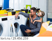 father shopping goods in home appliance store with his daughter. Стоковое фото, фотограф Яков Филимонов / Фотобанк Лори