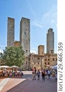 Купить «Торри-деи-Сальвуччи (Torri dei Salvucci) или Башни Сальвуччи — башни-близнецы,Торре Роньоза (Torre Rognosa), или Часовая башня (Torre dell'Orologio) или Башня подесты (Torre del Podestà) на Пьяцца-дель-Дуомо (Piazza del Duomo) или Соборная площадь. Сан-Джиминьяно. Италия», фото № 29466359, снято 15 сентября 2018 г. (c) Сергей Афанасьев / Фотобанк Лори