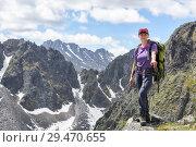 Купить «Женщина стоит на вершине уступа на фоне горного хребта», фото № 29470655, снято 23 июня 2018 г. (c) Виктор Никитин / Фотобанк Лори