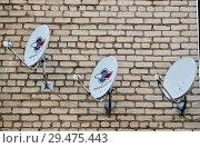 Купить «Углич. Три спутниковые антенны на стене кирпичного жилого дома», эксклюзивное фото № 29475443, снято 18 июня 2016 г. (c) Илюхина Наталья / Фотобанк Лори