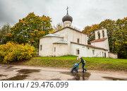 Купить «Дождливый осенний день в Пскове», эксклюзивное фото № 29476099, снято 6 августа 2020 г. (c) Сергей Цепек / Фотобанк Лори