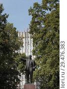 Купить «Памятник Ленину в сквере перед администрацией  в Воскресенске», эксклюзивное фото № 29476383, снято 8 сентября 2018 г. (c) Дмитрий Неумоин / Фотобанк Лори