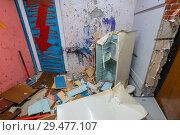 Купить «Old fridge killed by a sledgehammer in the ruins of apartment», фото № 29477107, снято 26 августа 2019 г. (c) Антон Гвоздиков / Фотобанк Лори
