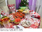 Праздничный стол с закусками к празднованию Нового Года на кухне, в домашней обстановке. Стоковое фото, фотограф Кекяляйнен Андрей / Фотобанк Лори