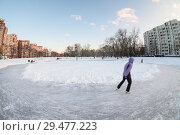 Купить «Люди катаются на замерзшем и расчищенном от снега городском пруду», фото № 29477223, снято 23 февраля 2016 г. (c) Кекяляйнен Андрей / Фотобанк Лори