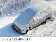Купить «Вид сверху на белую автомашину, покрытую слоем снега после пурги», фото № 29484819, снято 27 ноября 2018 г. (c) А. А. Пирагис / Фотобанк Лори