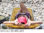 Купить «Девушка на пляже на лежаке», фото № 29485203, снято 23 июля 2018 г. (c) Кекяляйнен Андрей / Фотобанк Лори