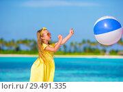 Купить «Little adorable girl playing on beach with ball», фото № 29491335, снято 31 марта 2015 г. (c) Дмитрий Травников / Фотобанк Лори