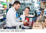 Купить «Couple using palette scheme in store», фото № 29492075, снято 17 мая 2018 г. (c) Яков Филимонов / Фотобанк Лори